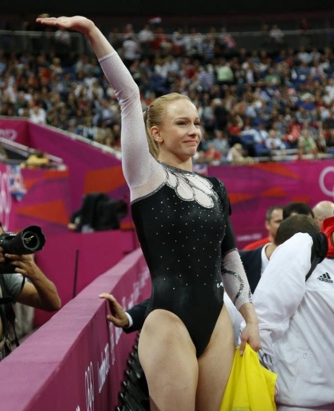 A romena Sandra Raluca Izbasa celebrou a vitória no salto com um collant preto com pequenos brilhos