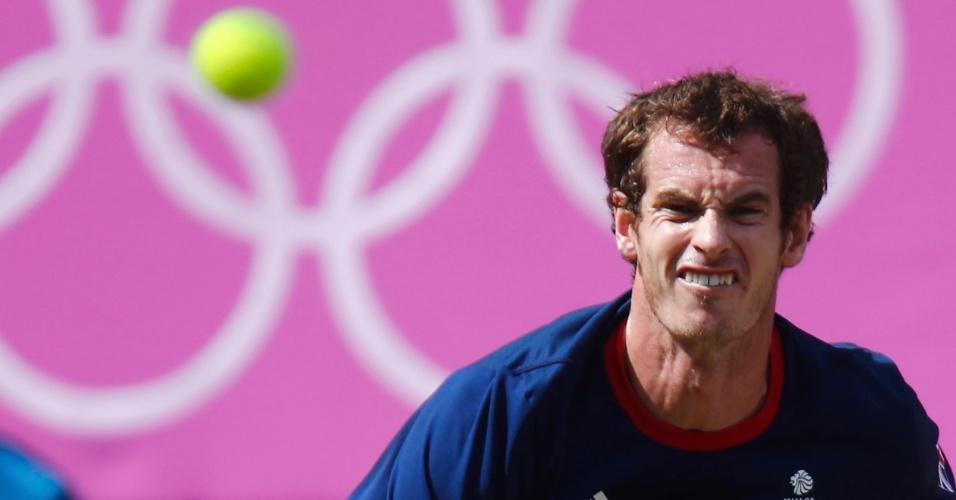 Andy Murray observa a bola durante final olímpica em Wimbledon