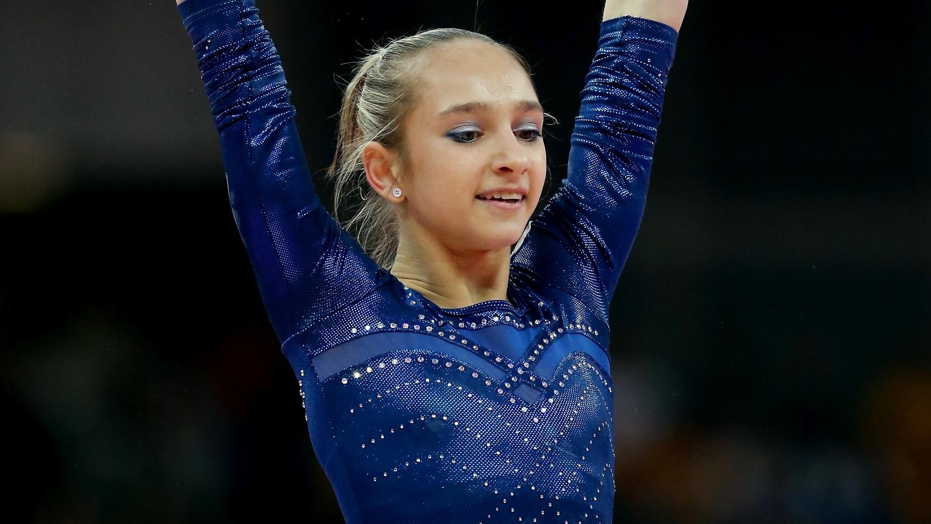 Após usarem vermelho e branco nas eliminatórias, as russas Victoria Komova (f) e Aliya Mustafina optaram por um modelo azul escuro com brilhos na final individual geral, clássico como o das americanas