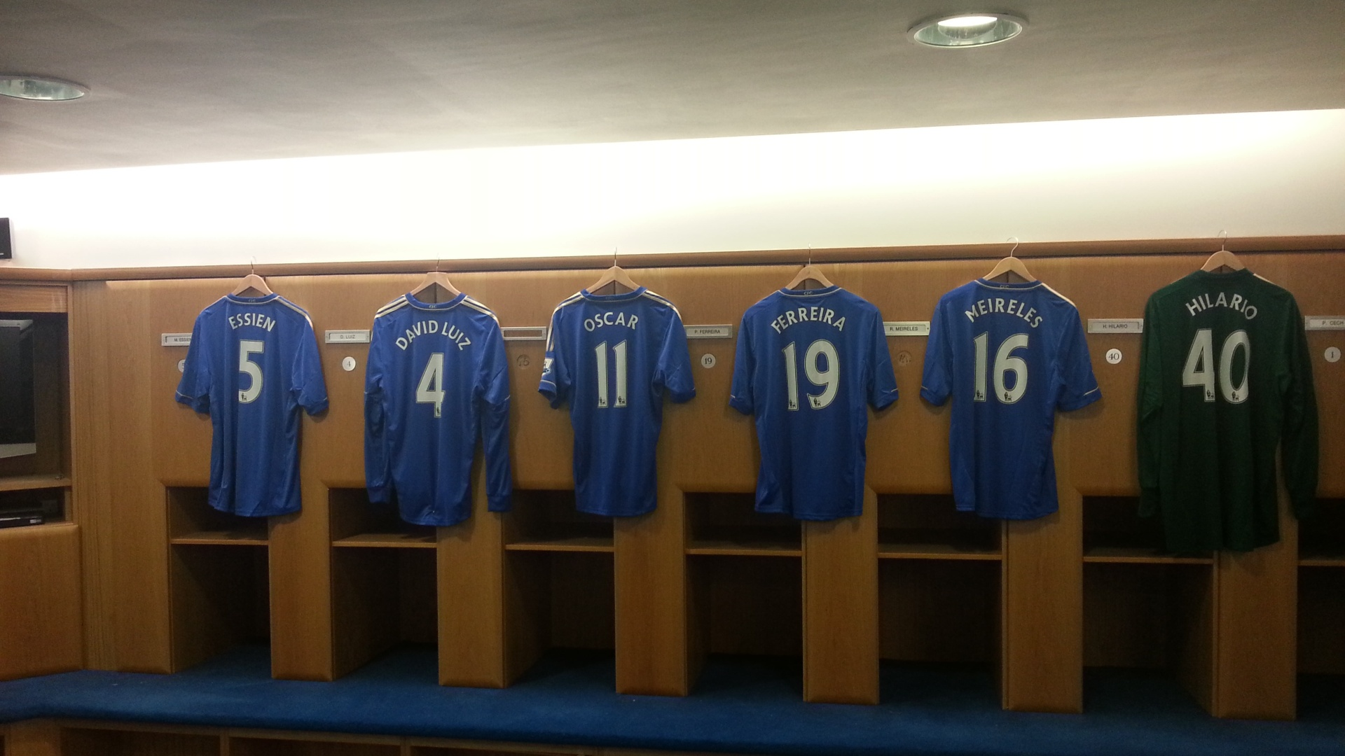 Chelsea d camisa 11 de Drogba para Oscar e j a coloca no vestirio