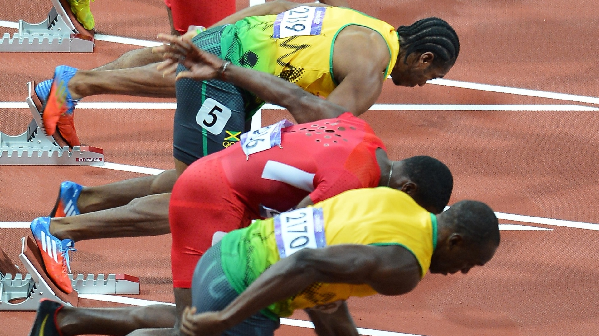 De baixo para cima, favoritos Usain Bolt, Justin Gatlin e Yohan Blake largam na final olmpica dos 100 m rasos