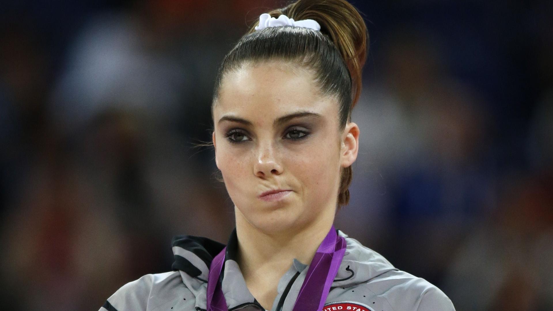 De cara amarrada, norte-americana McKayla Maroney fica com a medalha de prata da final de salto; ela era a favorita, mas sofreu uma queda e perdeu o ouro