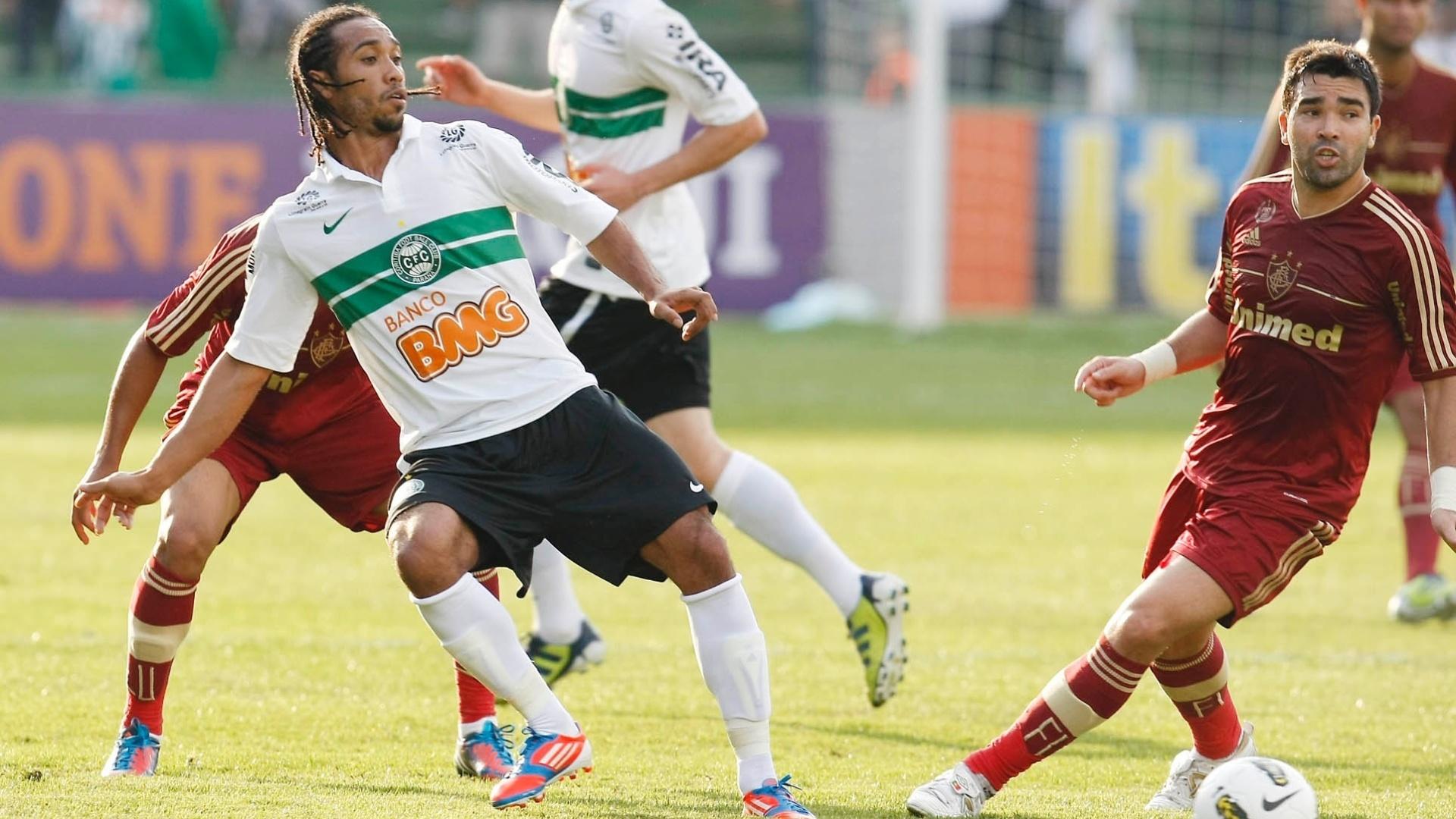 Deco e Everton Costa disputam bola em Coritiba x Fluminense