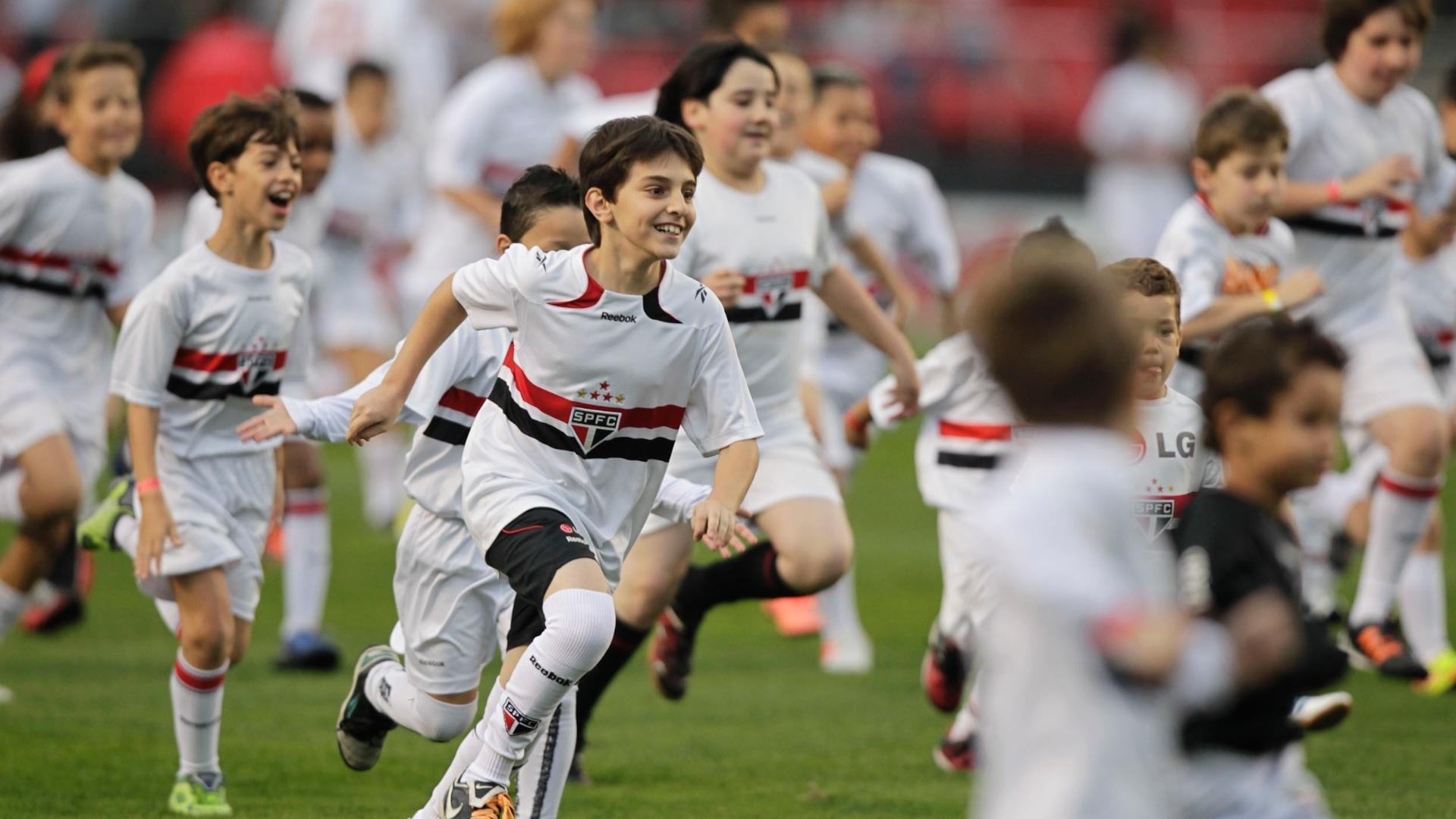 Depois de realizar sonho com ídolo, criança corre para sair do campo