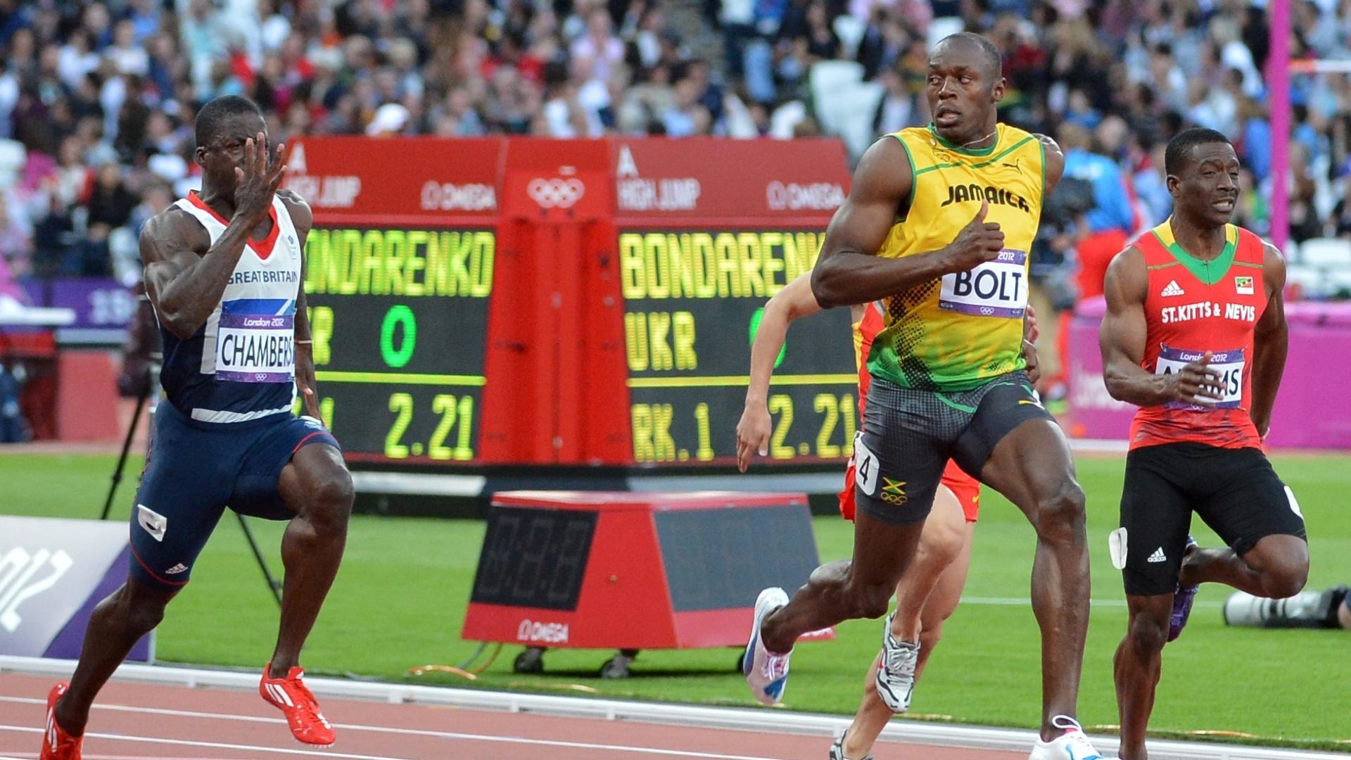Já à frente dos demais competidores, Usain Bolt olha para o lado nos metros finais da semifinal dos 100 m rasos