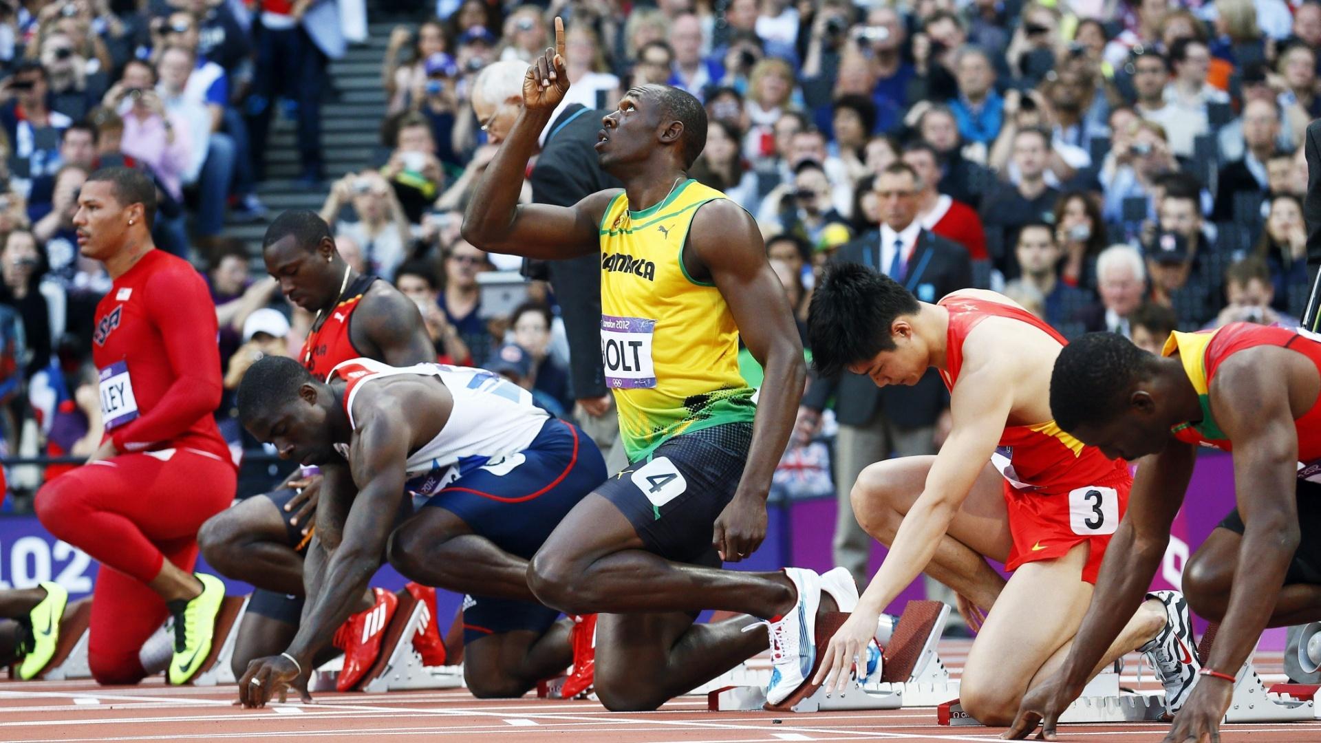 Jamaicano Usain Bolt aponta para o céu antes da largada na semifinal dos 100 m rasos