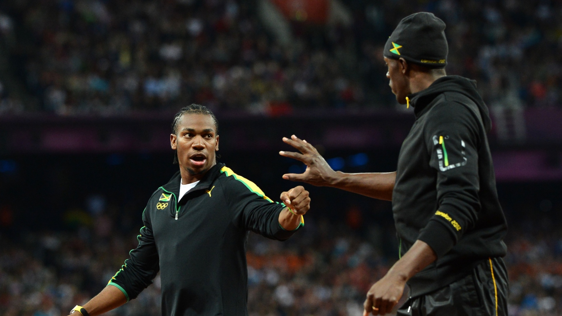 Jamaicanos Usain Bolt e Yohan Blake cumprimentam-se antes da final olmpica dos 100 m rasos