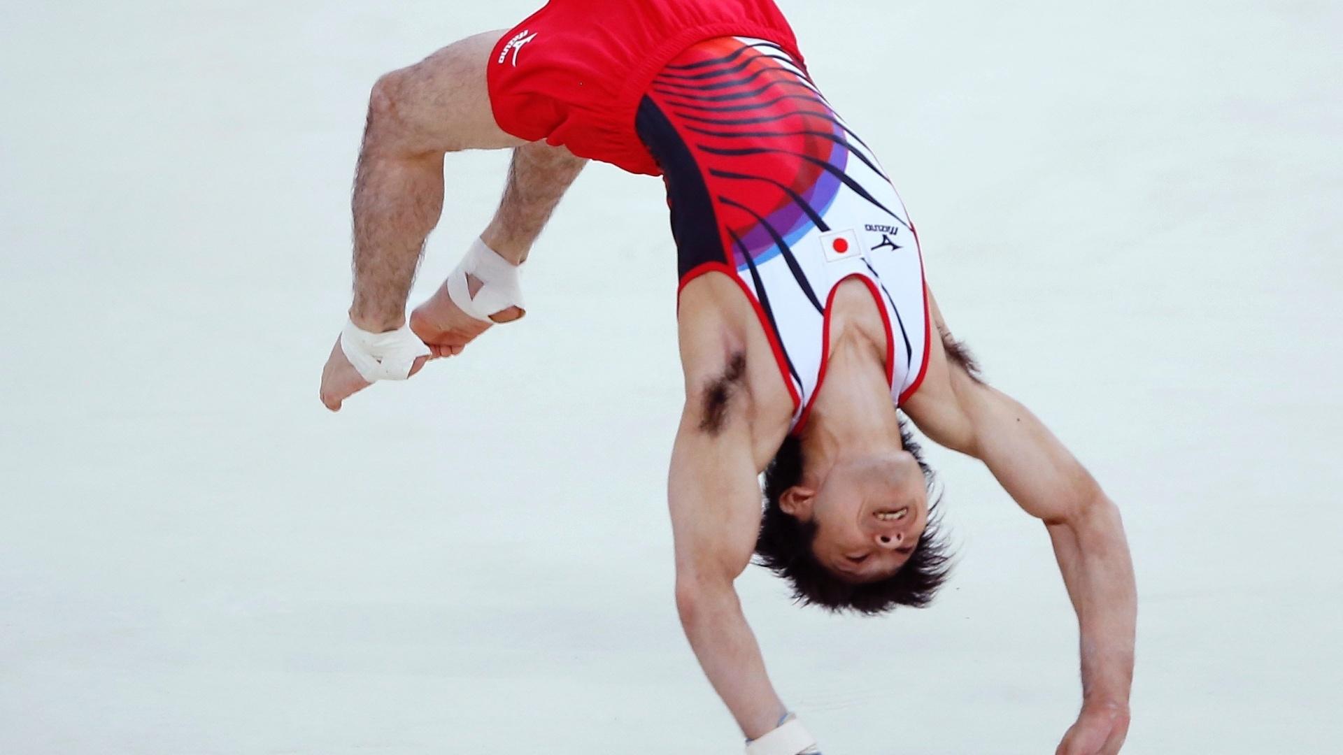 Japonês Kohei Uchimura dá um mortal durante sua apresentação na final de solo; ele ficou com a medalha de prata