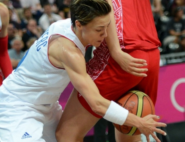 Jogadora francesa Celine Dumerc disputa jogada com a russa Natalya Vieru na fase preliminar do basquete na Olimpíada de Londres (05/08/2012)