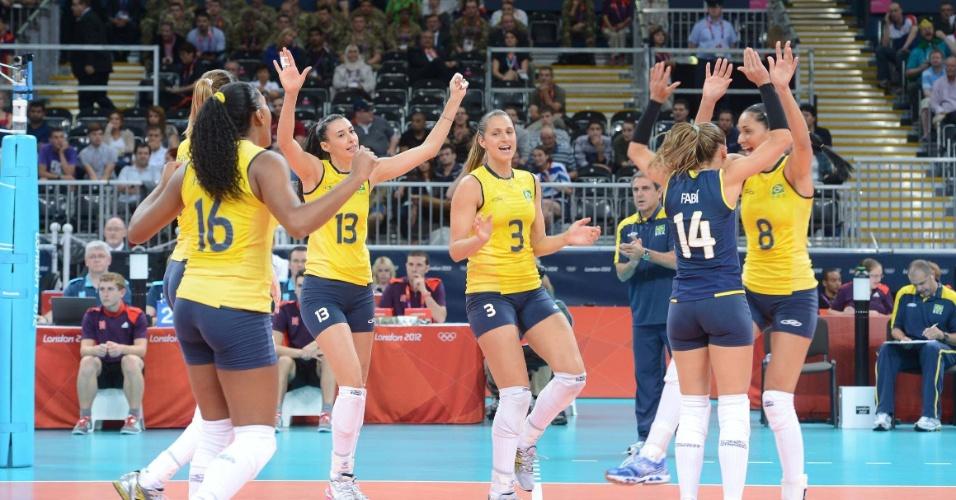 Jogadoras brasileiras comemoram um ponto durante a fácil vitória sobre a Sérvia, nos Jogos Olímpicos de Londres