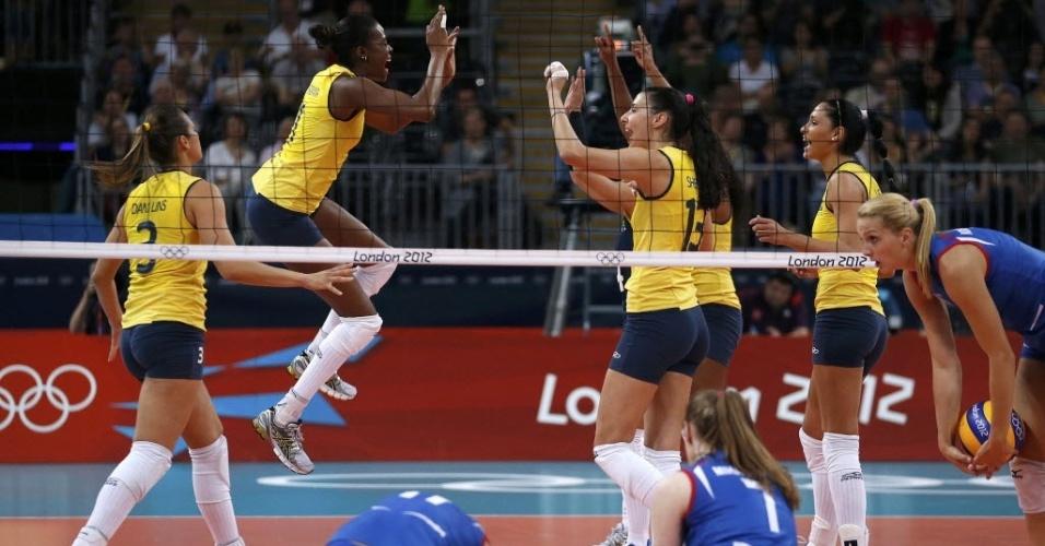 Jogadoras do Brasil festejam ponto de bloqueio da equipe durante a partida contra a Sérvia, em Londres