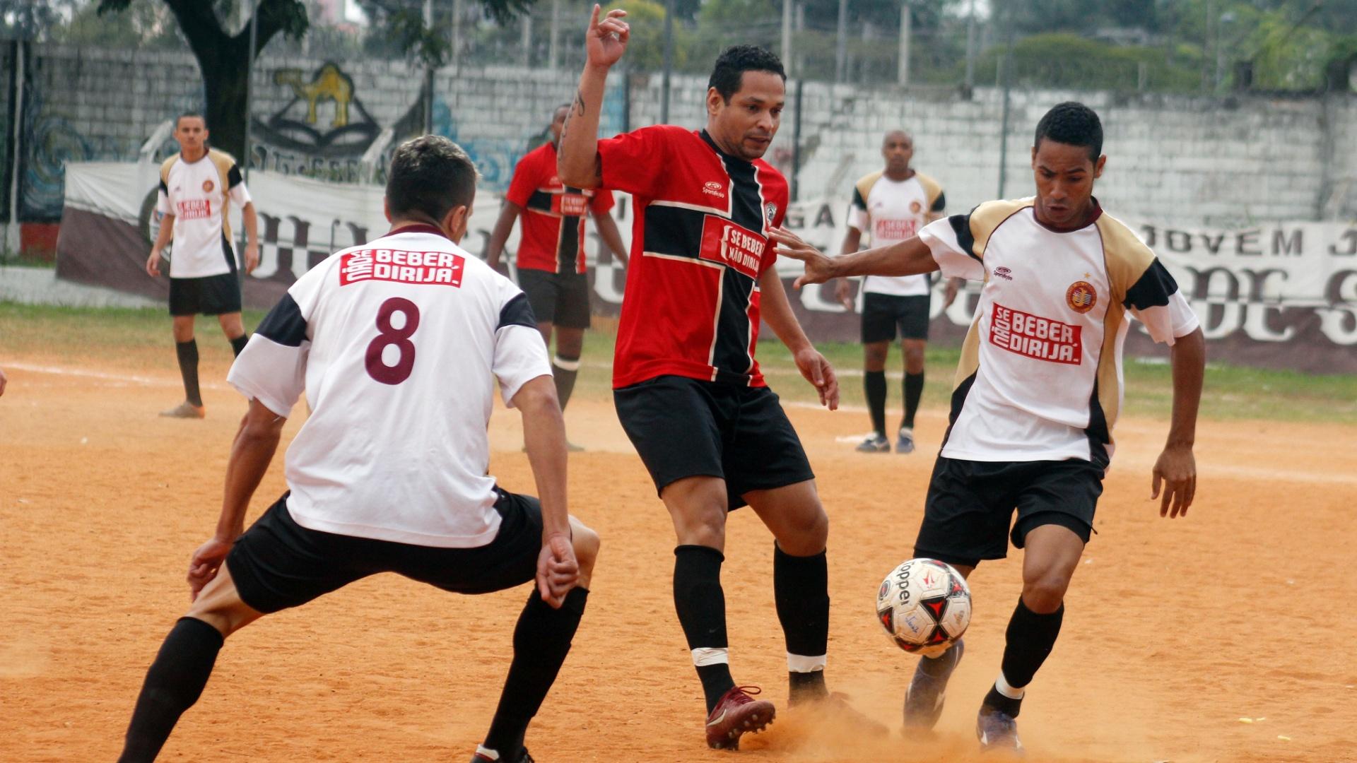Juventus (branco) e Jaçanã (vermelho) empataram sem gols, no Flamengo de Vila Maria