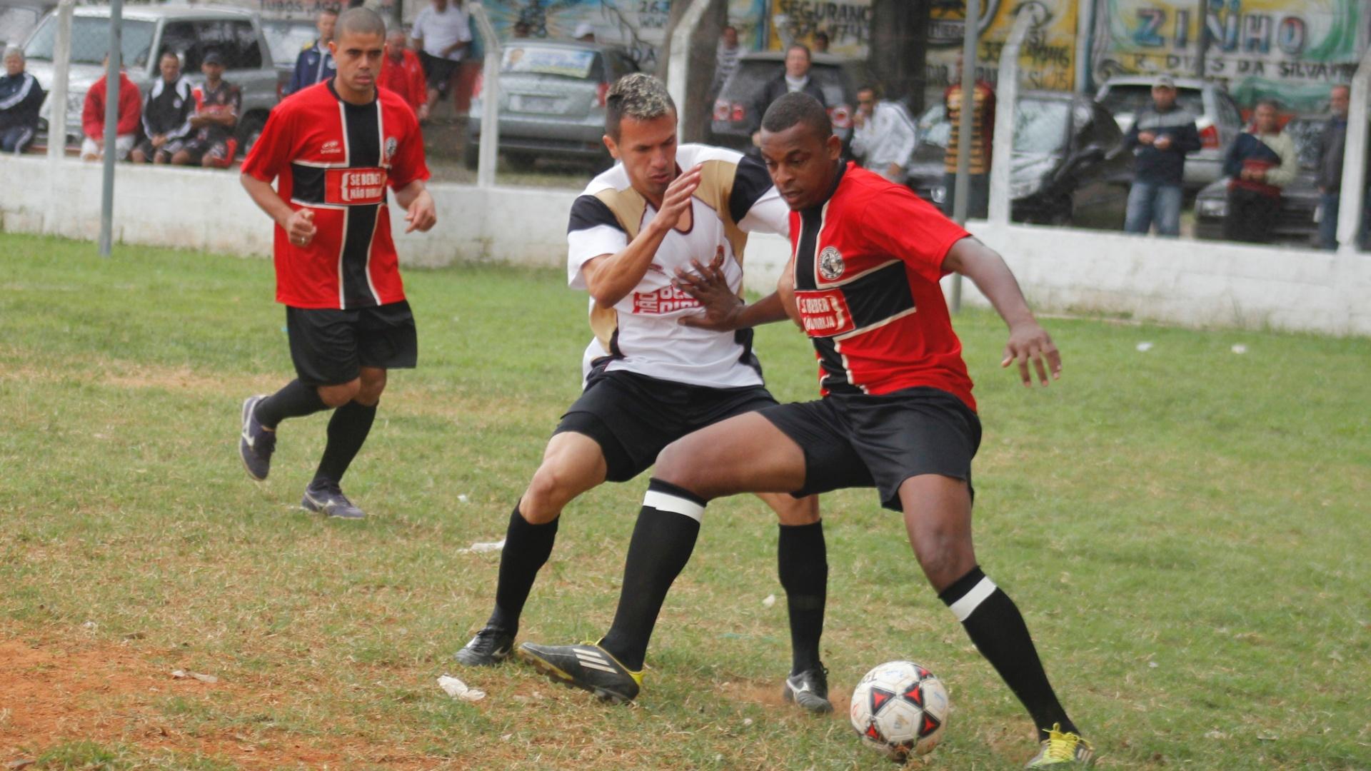 Lance de Juventus (branco) 0 X 0 Jaçanã (vermelho)