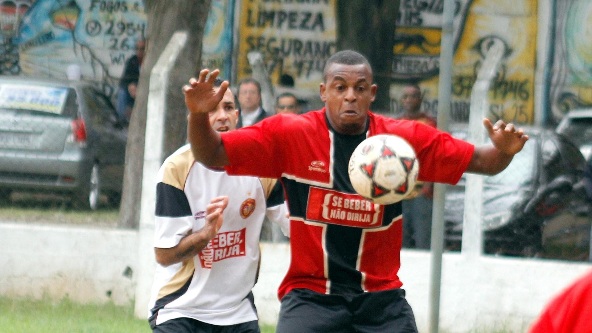 Partida entre Juventus (branco) e Jaçanã (vermelho) terminou empatada em 0 a 0