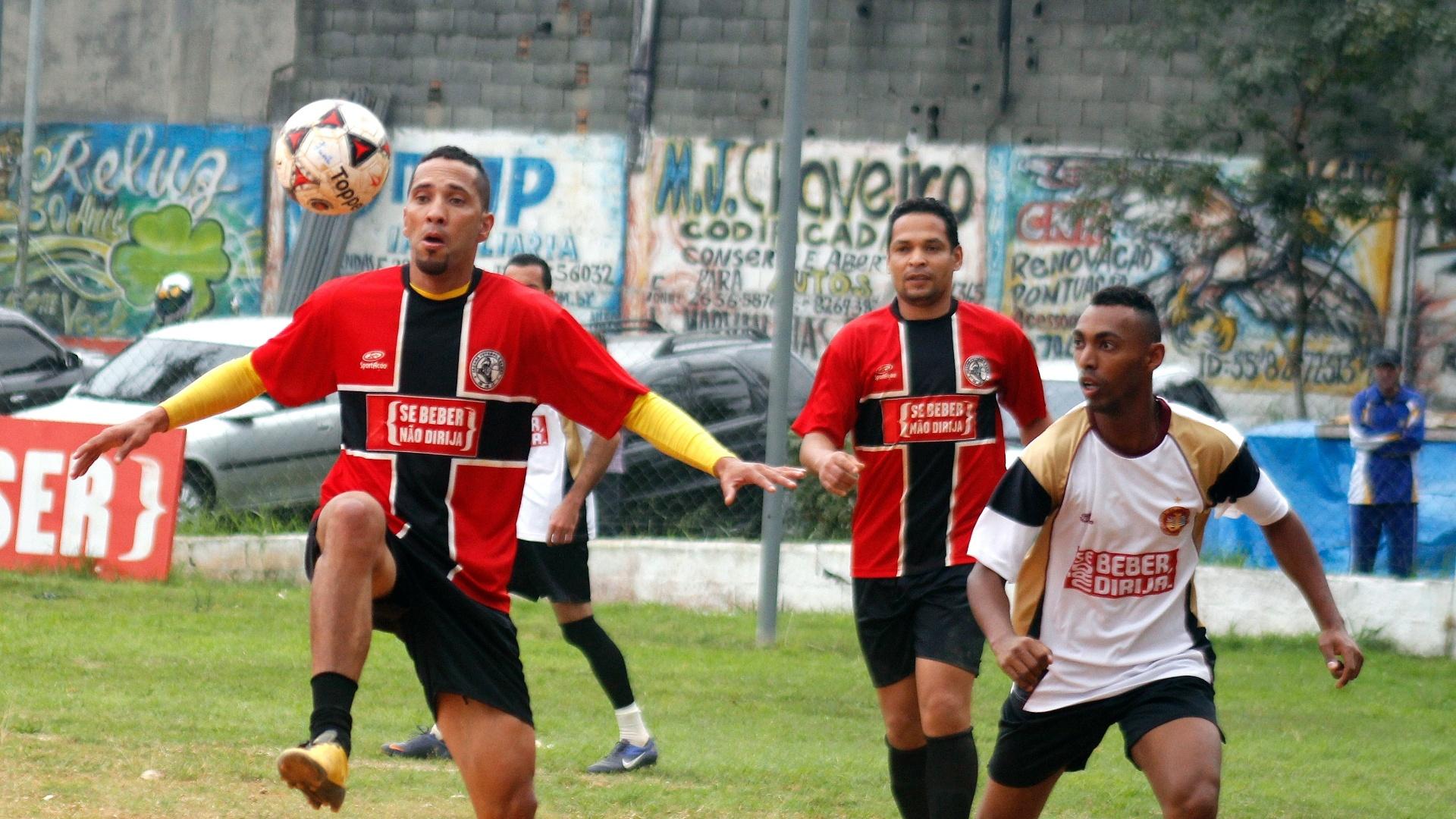 Meia do Jaçanã demosntra belo domínio de bola no segundo tempo do jogo contra o Juventus da Liberdade