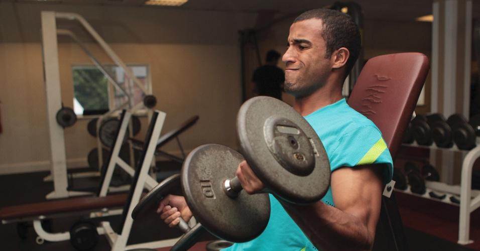 Lucas se esforça para levantar peso durante treino na academia, em Manchester (05/08/2012)