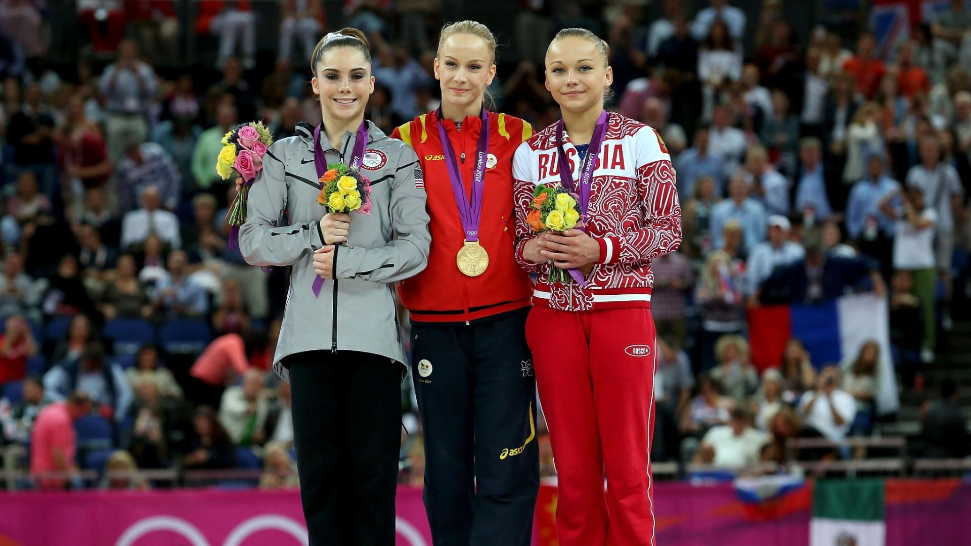 McKayla Maroney (e), Sandra Izbasa (c) e Maria Paseka mostram as medalhas de prata, ouro e bronze conquistadas por elas na final de salto