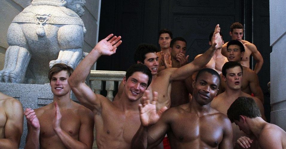 Modelos sem camisa na loja conceito da Abercrombie