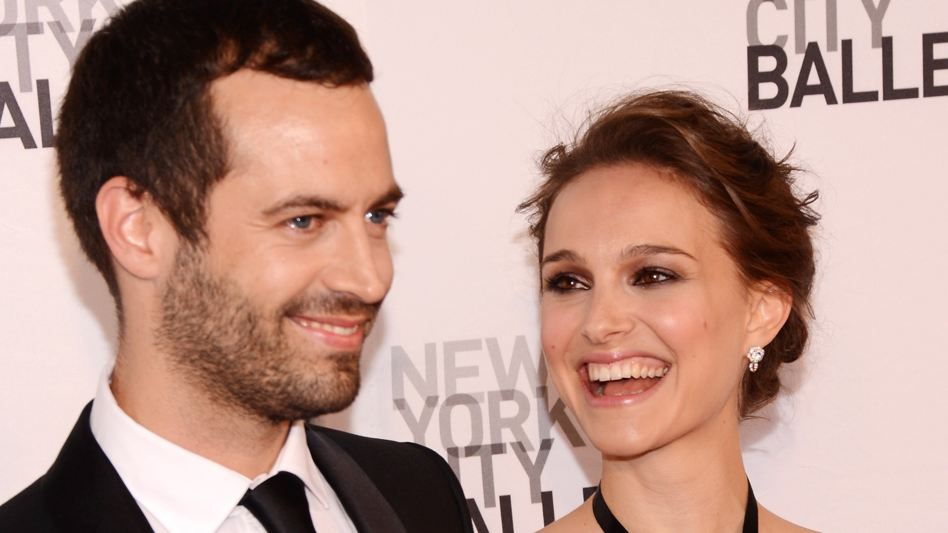 Natalie Portman e o noivo Benjamin Millepied vão a baile beneficente em Nova York (10/5/12)
