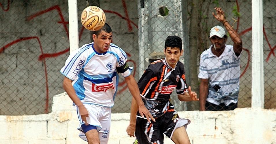 Campeão de 2002, o Nápoli (branco) bateu o Central Leste (preto) por 2 a 0, no campo do Jaú