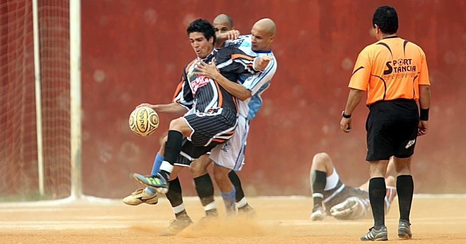 No campo do Jaú, o Nápoli (branco) conseguiu uma das únicas vitórias da rodada por mais de um gol