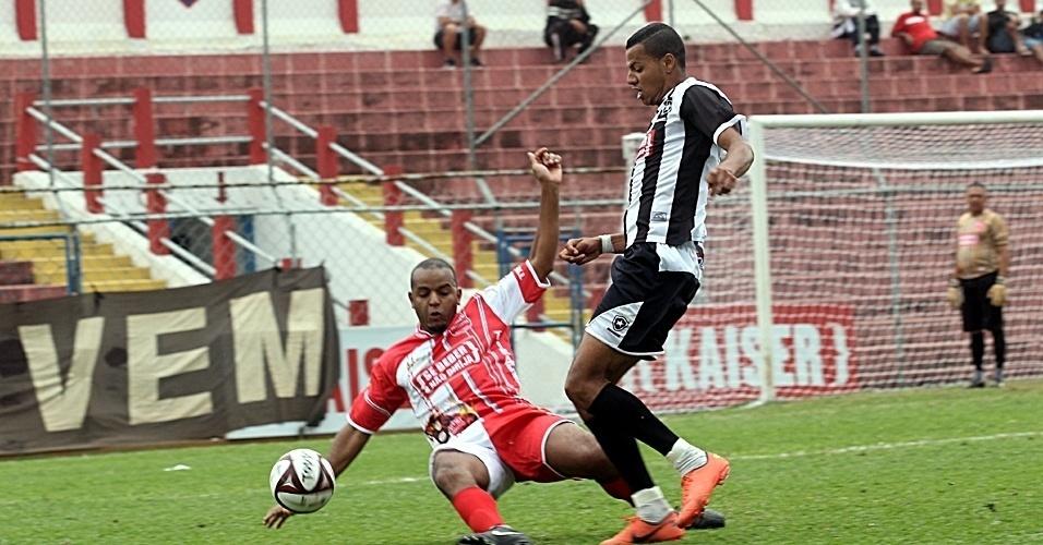 Na Arena Kaiser, o Tiradentes (vermelho) bateu o tetracampeão Grêmio Botafogo (preto) por 2 a 1