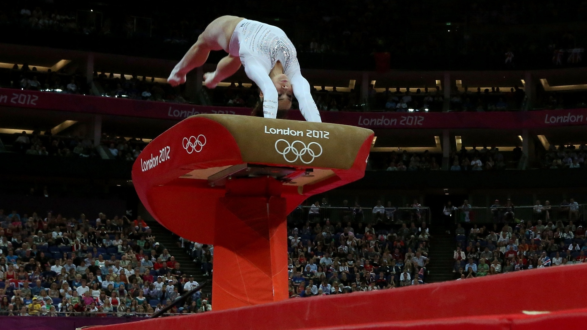 Norte-americana McKayla Maroney 'ataca' a mesa durante uma de suas tentativas de voo na final de salto deste domingo em Londres