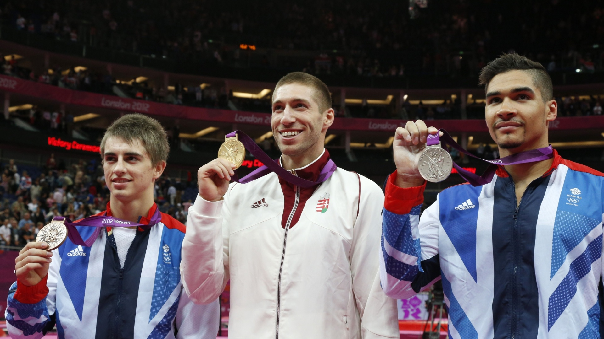Pódio do cavalo com alças teve Max Whitlock (e), Krisztian Berki (c) e Louis Smith, medalhistas de bronze, ouro e prata, respectivamente