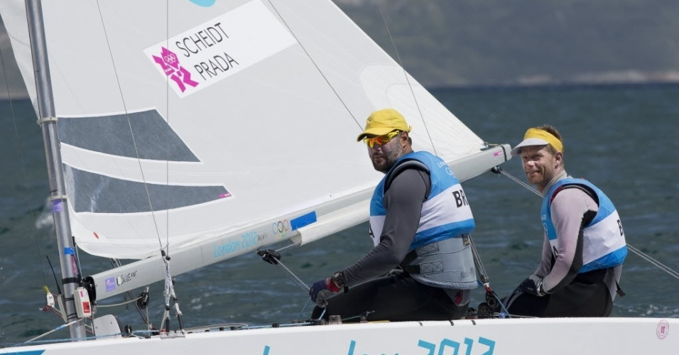 Robert Scheidt e Bruno Prada cruzam a linha de chegada da regata da medalha em Weymouth