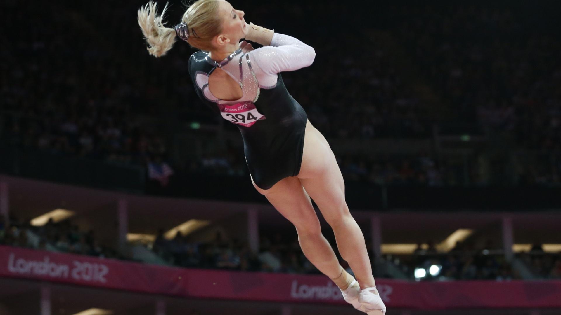 Romena Sandra Izbasa dá uma pirueta no ar durante um de seus voos na final de salto; a europeia ficou com a medalha de ouro
