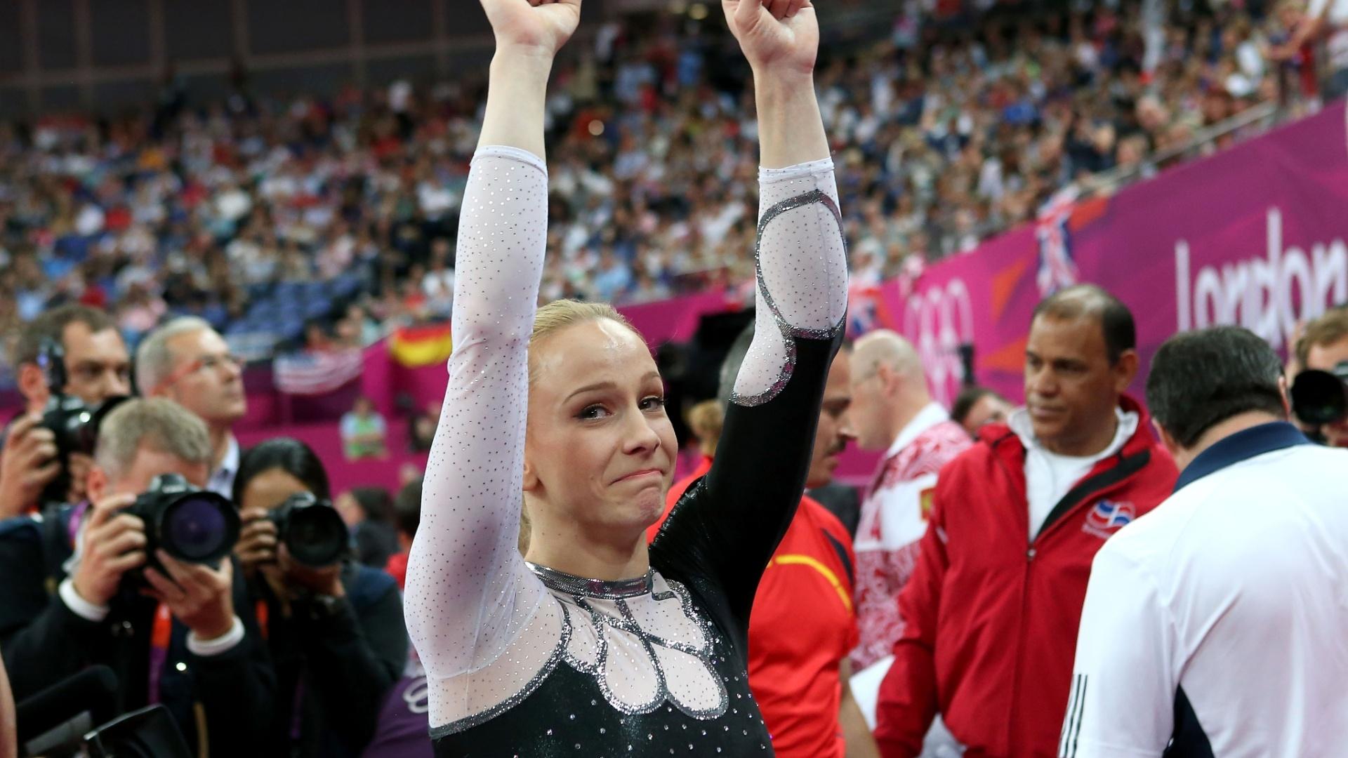 Sandra Izbasa se emociona ao conquistar a medalha de ouro na final de salto da ginástica artística; a romena se beneficiou de uma queda de sua maior rival, a americana McKayla Maroney