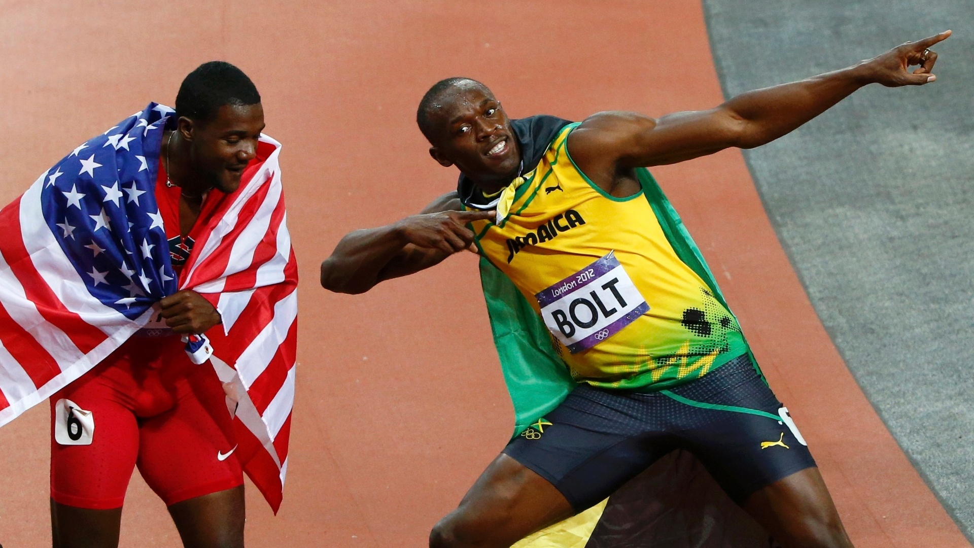 Sob olhar de Justin Gatlin, Usain Bolt faz gesto da vitria aps conquistar a medalha de ouro nos 100 m rasos