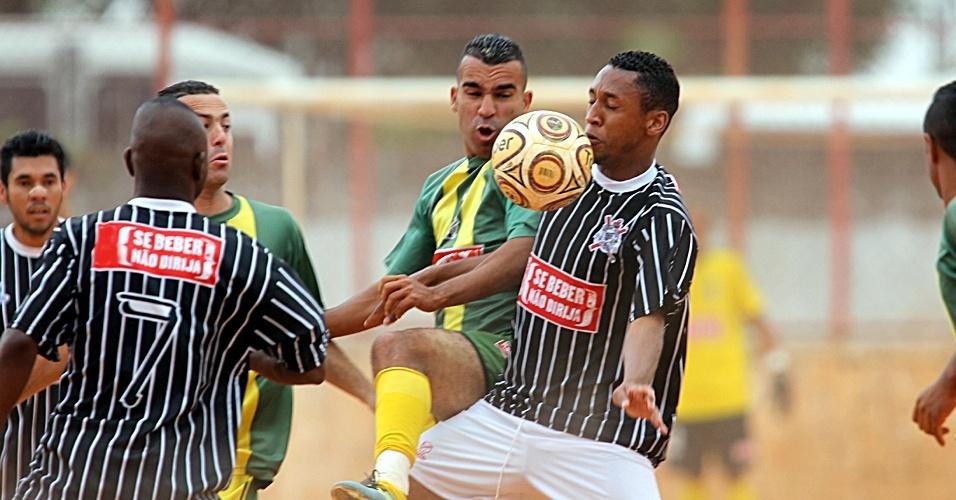 Também no campo do Jaú, X do Morro (amarelo) e Pau Queimado (preto) jogaram pela Série B da Copa Kaiser