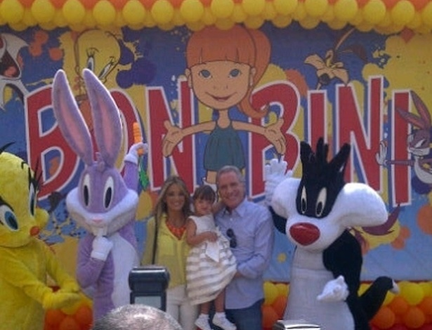 "Ticiane Pinheiro publicou uma foto do aniversário da filha Rafaella em seu perfil no Twitter. A menina comemorou 3 anos no parque Hopi Hari, no interior de São Paulo. ""Muitooooo Sol aqui no Hopi Hari!!!! Ebaaaaaaaa!!! Hoje é a festa da Rafa!!! Chegou o grande diaaaaaaaaaa!!"", escreveu"