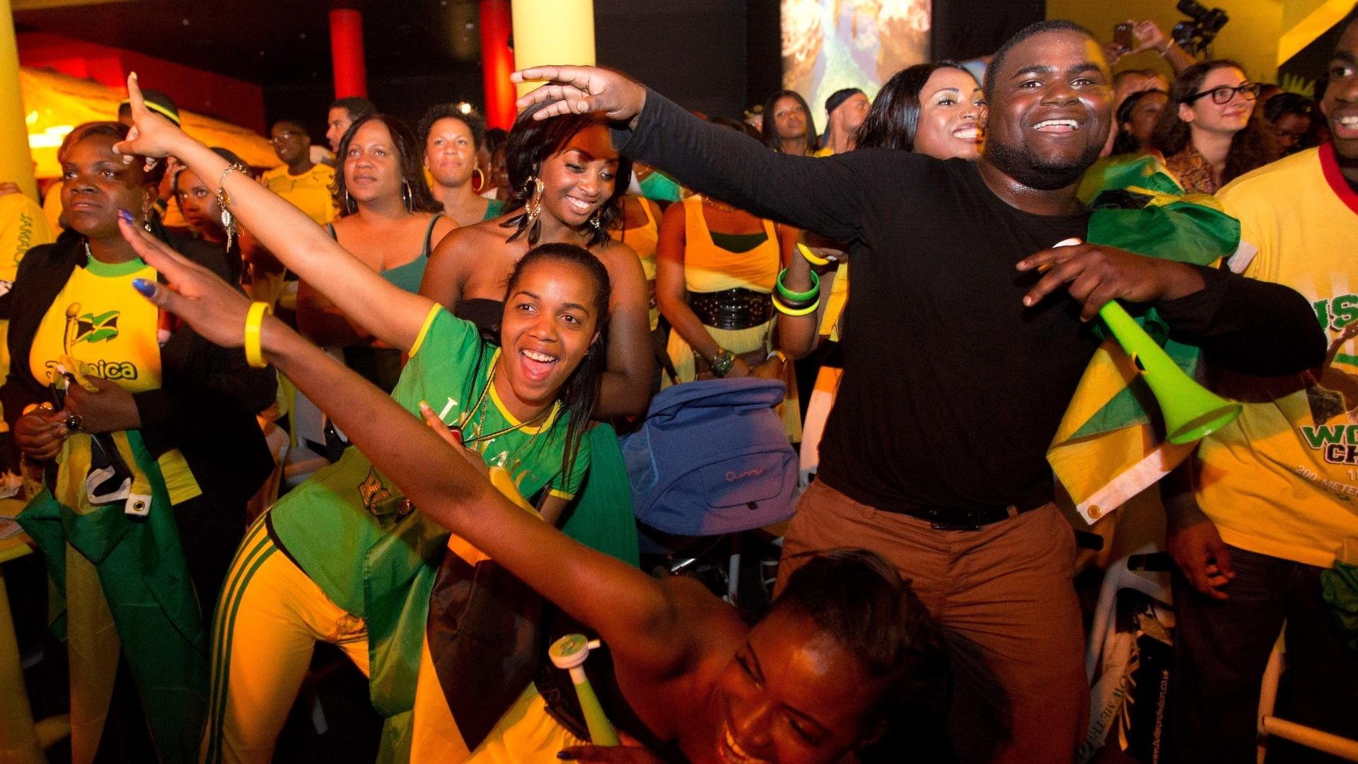 Torcedores jamaicanos comemoram na Casa da Jamaica vitória de Usain Bolt na final olímpica dos 10 m rasos