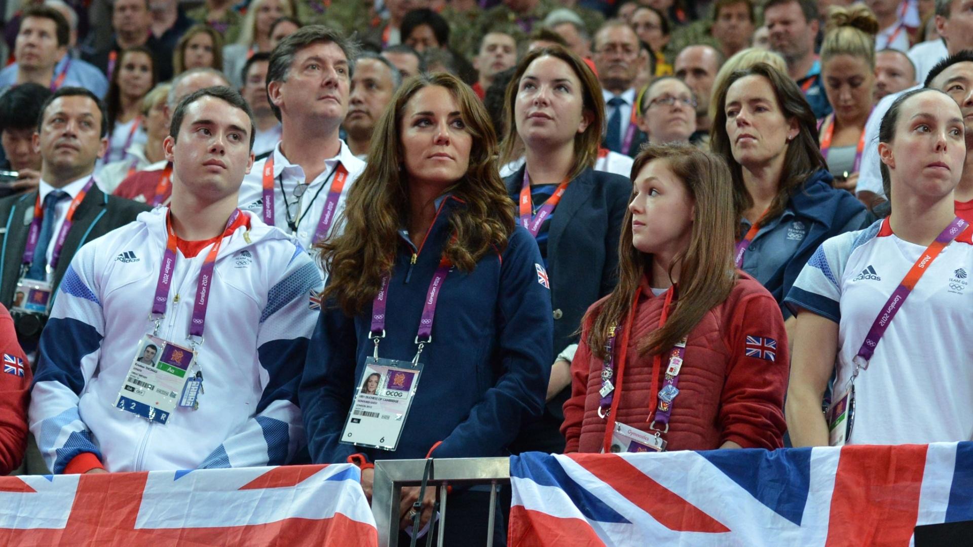 Uniformizada com roupa da delegação do Reino Unido, Kate Middleton, a duquesa de Cambridge, assiste ao primeiro dia de finais por aparelhos da ginástica artística na Arena Greenwich, em Londres