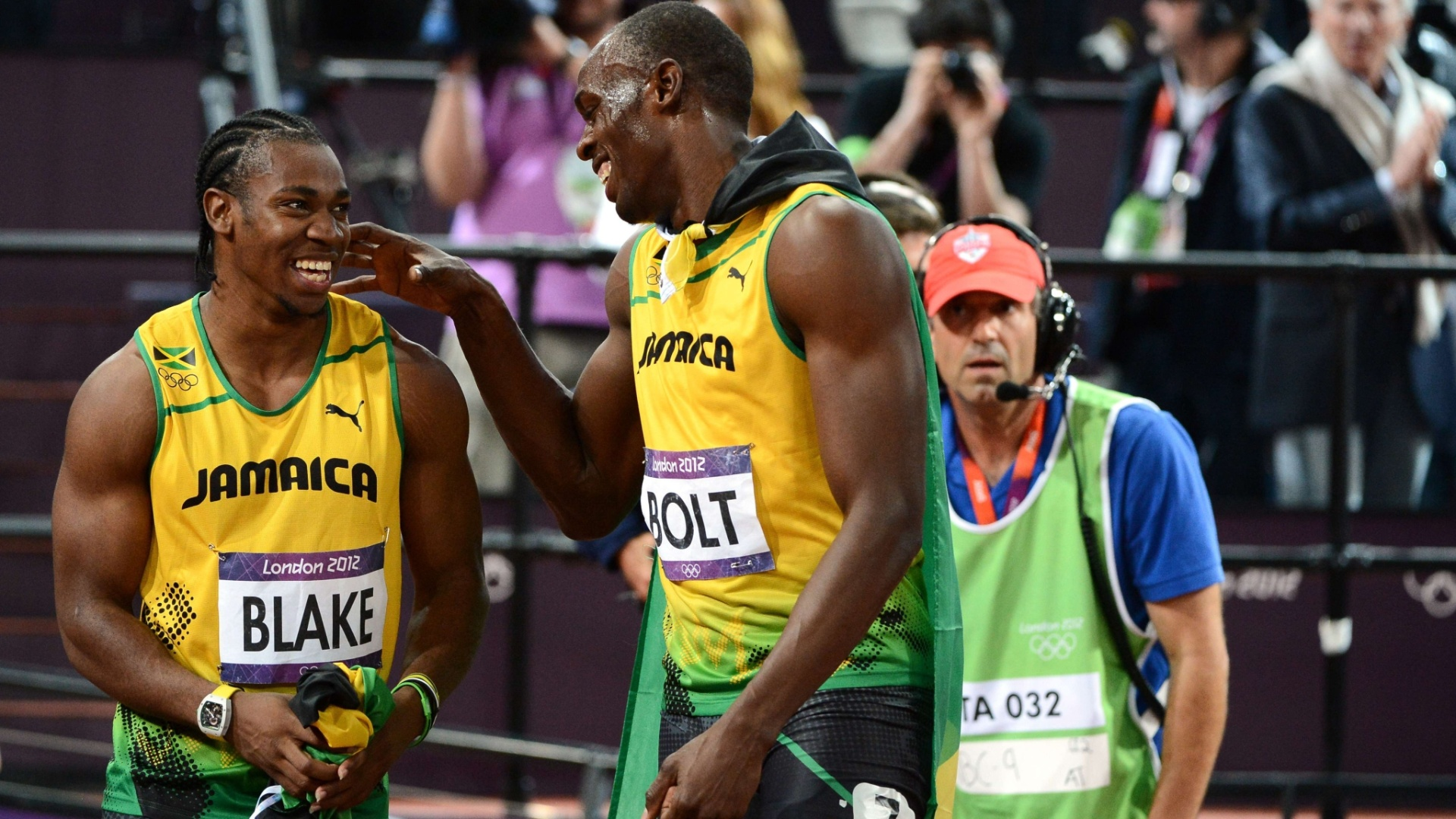 Usain Bolt celebra vitria na final dos 100 m rasos com Yohan Blake, segundo colocado na prova