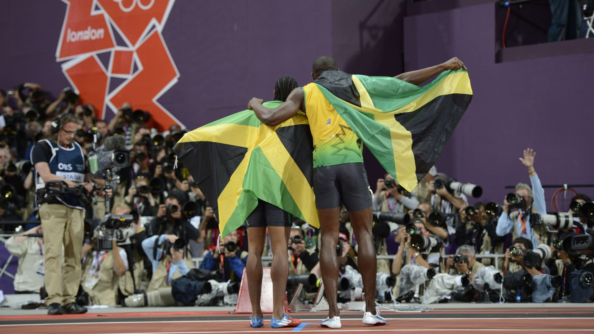 Usain Bolt e Yohan Blake abraam-se aps final olmpica dos 100 m rasos
