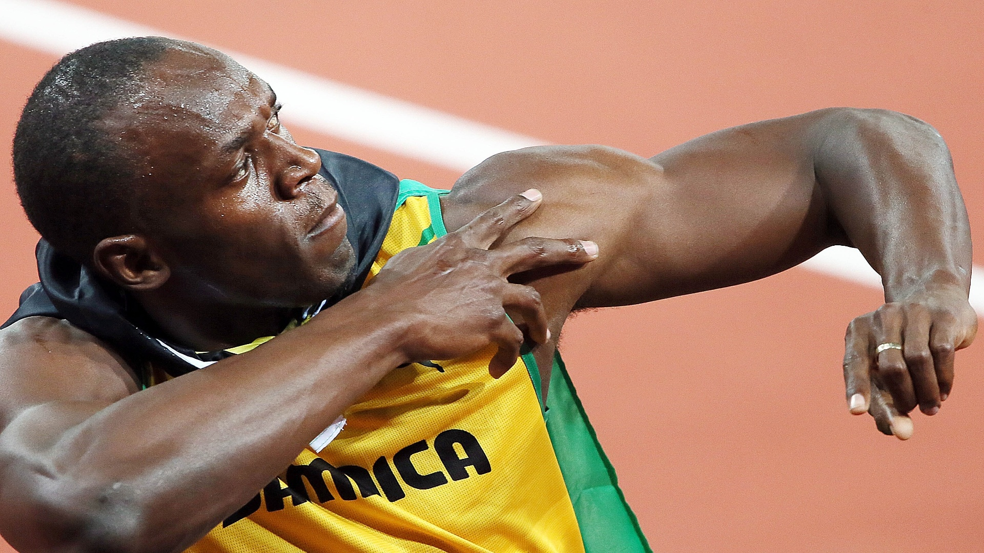Usain Bolt faz gesto da vitria aps conquistar a medalha de ouro nos 100 m rasos