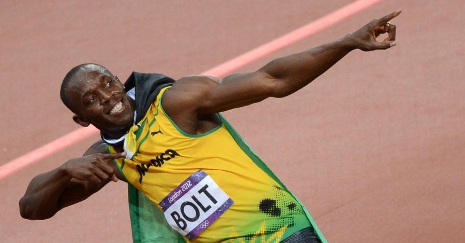 Usain Bolt faz seu sinal da vitória após se tornar bicampeão olímpico dos 100 m rasos