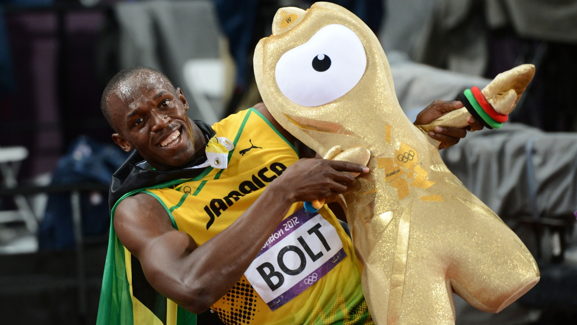 Usain Bolt posa com mascote olmpico Wenlock aps conquistar a medalha de ouro nos 100 m rasos