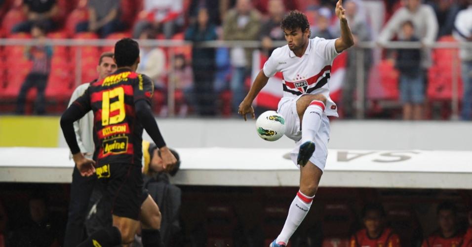 Willian José tenta domínio diante da marcação do Sport