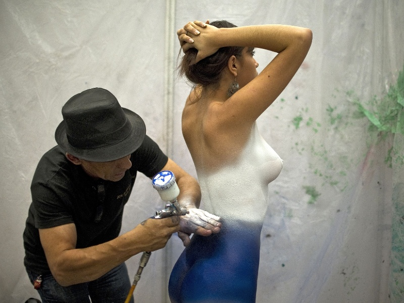 3.ago.2012 - Artista pinta corpo de mulher na Expo Tatoo Art Mex, conven&#231;&#227;o de tatuagens realizada na Cidade do M&#233;xico, no M&#233;xico