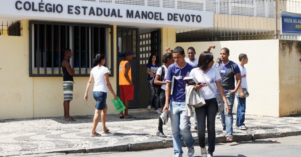 6.ago.2012 - Alunos voltam &#224;s aulas no Col&#233;gio Estadual Manoel Devoto, na cidade de Salvador (BA), ap&#243;s 115 dias de greve. Os professores da rede estadual da Bahia aprovaram o fim da paralisa&#231;&#227;o que atingiu todo o Estado e retomaram as atividades. A previs&#227;o &#233; que o calend&#225;rio escolar dure at&#233; fevereiro de 2013  