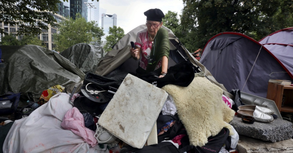 6.ago.2012 - Ativista abandona acampamento do &#34;Occupy Frankfurt&#34; depois que a pol&#237;cia alem&#227; ordenu a desocupa&#231;&#227;o, localizada em frente &#224; sede do Banco Central espanhol, em Frankfurt, Alemanha