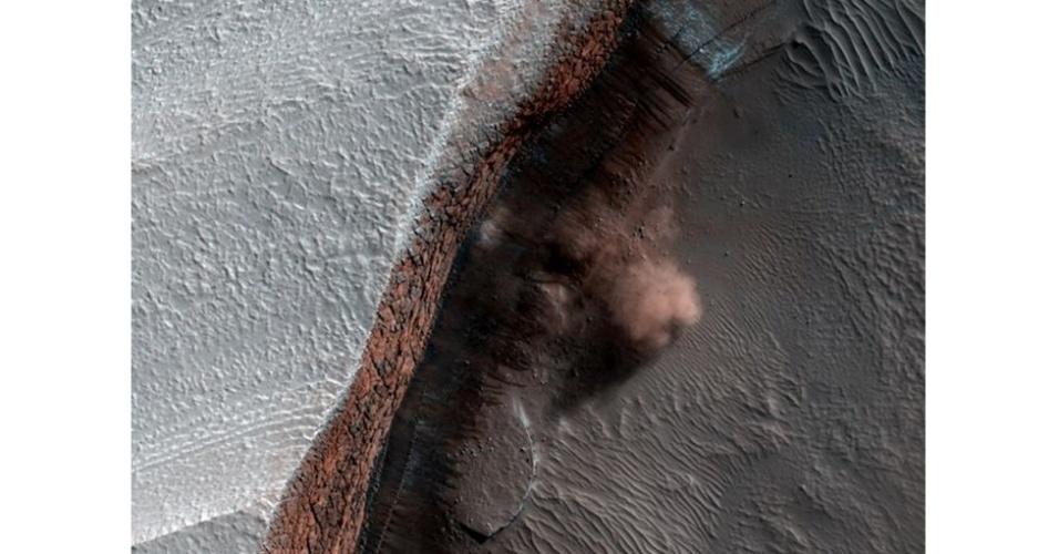 6.ago.2012 - A imagem mostra nuvens de poeira causadas por uma avalanche. O gelo de dióxido de carbono caiu de um precipício de 2 mil metros de altura e, provavelmente, foi derretido pela incidência de raios solares no fim do inverno e início da primavera em Marte