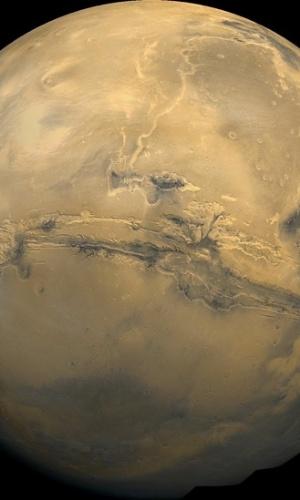 6.ago.2012 - Marte tem este nome em homenagem ao deus romano da guerra. O planeta tem esta coloração avermelhada por causa de uma alta concentração de óxido de ferro. No centro da foto-mosaico é possível ver o maior abismo conhecido do sistema solar