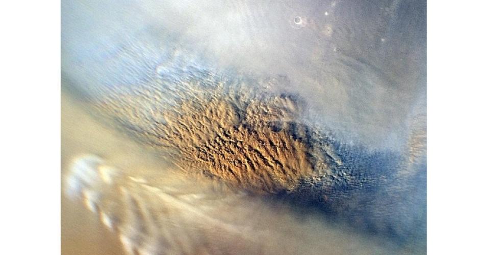 6.ago.2012 - As nuvens são de uma tempestade de areia acontecendo em Marte. Os cientistas estudaram este tipo de fenômeno para determinar o melhor local e a forma ideal de pouso da missão 'Curiosity'