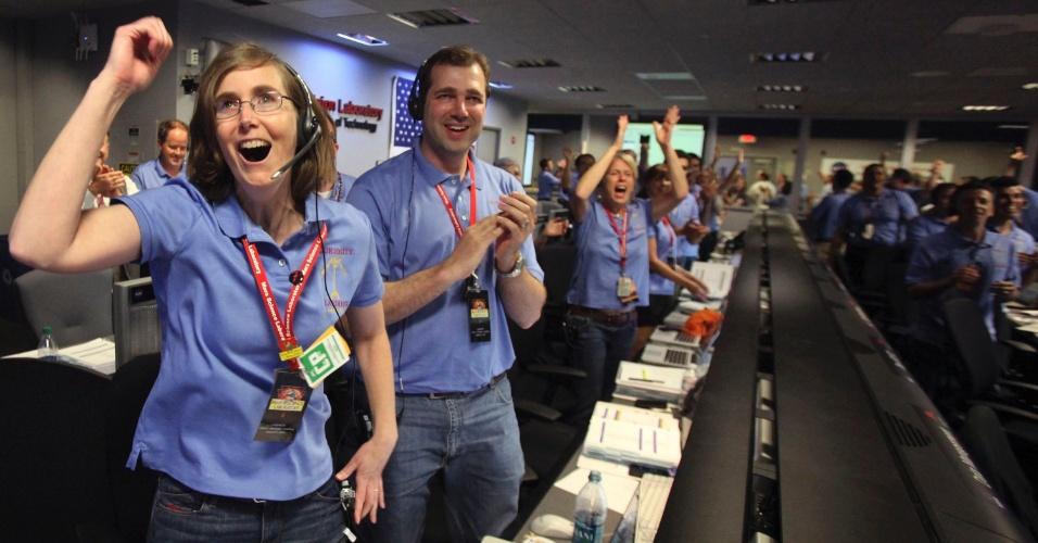 6.ago.2012 - Kelley Clarke comemora o pouso do robô Curiosity em uma cratera de Marte. Toda a equipe da Nasa (agência espacial americana) em Pasadena, na Califórnia, celebrou com gritos e abraços o sucesso inicial da missão na qual muitos já trabalham há cerca de 10 anos