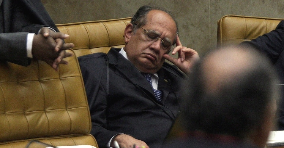 6.ago.2012 - Ministro Gilmar Mendes cochila durante a exposi&#231;&#227;o do advogado de defesa de Ramon Hollerbach, Hermes Guerreiro, no terceiro dia do julgamento do mensal&#227;o 